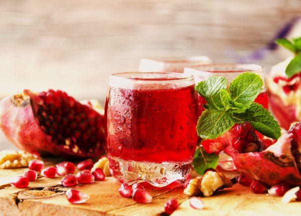 ザクロの果実とジュース