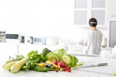 キッチンに置かれた新鮮な野菜