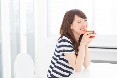 お茶を飲んでリラックスしている女性