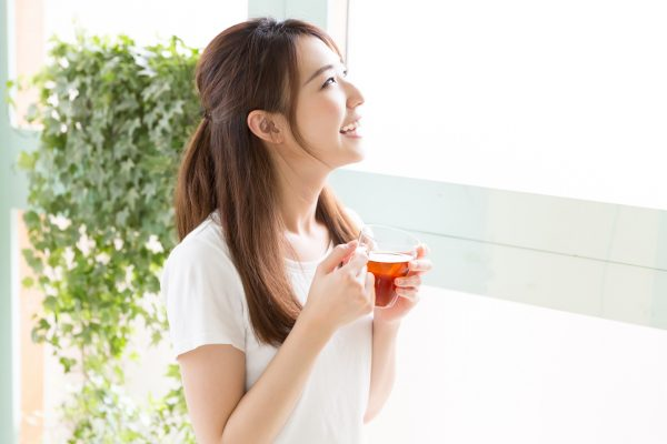 ハーブティーを飲んでいる女性